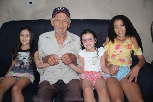 Pioneiro Seu Santinho com as bisnetas Maria Eloá, Maria Eloisa e Nicole