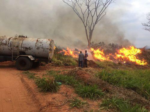 Equipe da prefeitura atuaram no combate ao incêndio do Aterro Sanitário