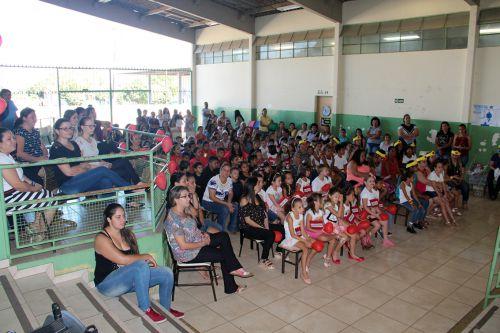 Mães compareceram na escola para receber a homenagem