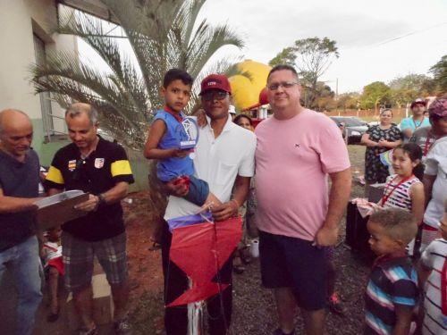 Rafael com seu pai Rodinei recebe o trof�u (criativa) do soldado PM Casagrande
