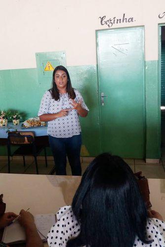 Palestrante Beatriz, psic�loga do CRAS de Mari�polis