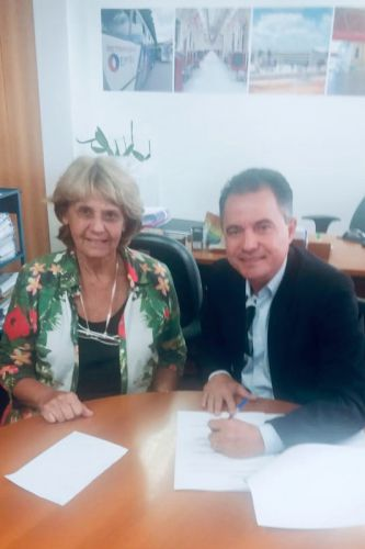 Secretária Ivani e o prefeito Val Dantas durante assinatura de convênio de R$ 300 mil para piscina pública