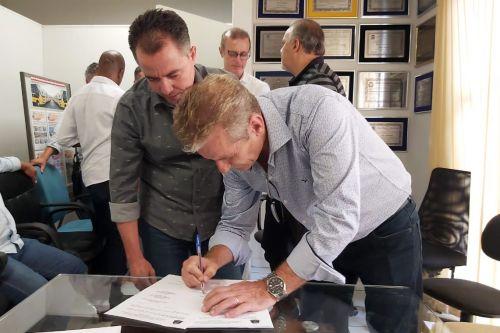 Prefeito Val Dantas e o deputado estadual Ed Thomas durante assinatura do conv�nio