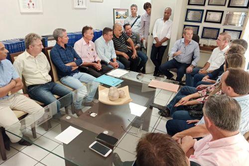 Deputado Ed Thomas agradecendo os prefeitos em seu escrit�rio pol�tico em Prudente