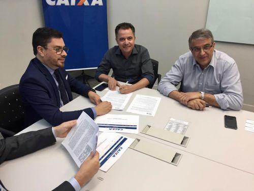 Prefeito durante assinatura dos conv�nios acompanhado pelo deputado Reinaldo Alguz