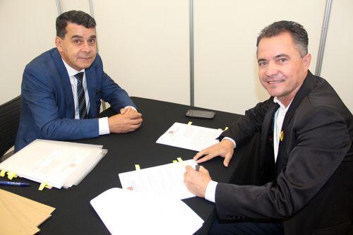 Coordenador do FID Elnatan com o prefeito Val Dantas, durante assinatura do conv�nio