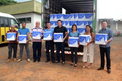 Vereadores e o prefeito Val Dantas durante o recebimento das cestas de alimentos que foram entregues aos servidores