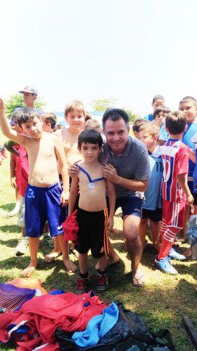 Prefeito durante entrega de medalhas às crianças participantes