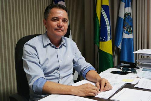 Prefeito Val Dantas recebeu reportagem do Jornal Folha Regional em seu gabinete