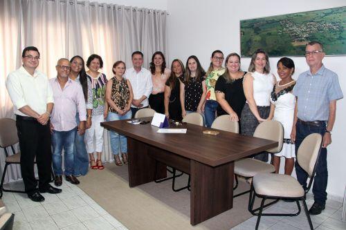 Novas conselheiras com as autoridades no gabinete do prefeito Val Dantas