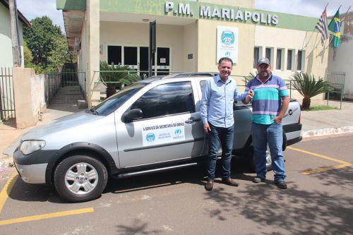 Secretário de Obras Antonio Carlos recebe a chave do veículo Fiat Strada, entregue pelo prefeito Val Dantas