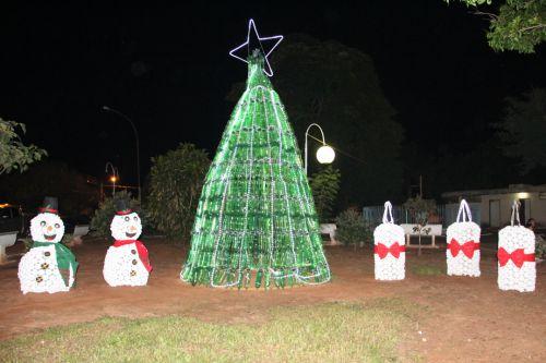 Pra�a tamb�m ganha enfeites natalinos