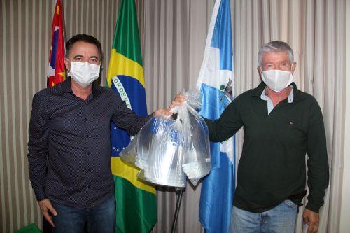 Prefeito Val Dantas durante a entrega das 15 m�scaras de acetato ao agente de Sa�de Mauro Coletti