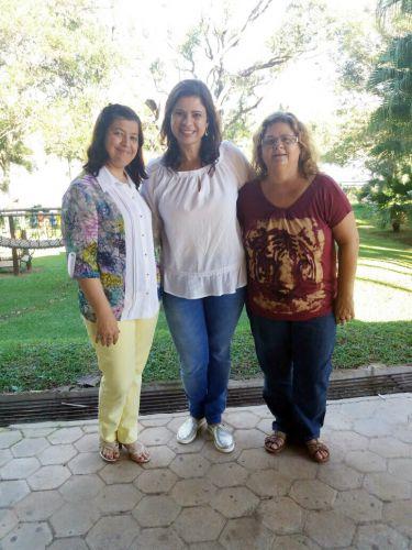 Rose Barbosa ladeada por Cláudia e Dora na capacitação