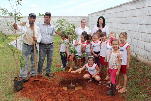 Diretora Sueli Costa ladeada pela professora Jane, servidor Jackson, diretor de Agricultura Alcionio e alunos