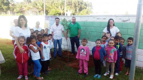 Prefeito Val Dantas com diretora Sueli, assessor de Meio Ambiente Antonio Carlos, professoras e alunos