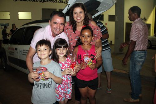 Prefeito Val Dantas e a primeira-dama Rose Barbosa entregaram kits com doces �s crian�as