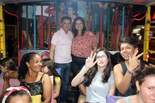 Primeira-dama Rose Barbosa e o prefeito Val Dantas, ladeado por demais participantes na Carreta da Alegria