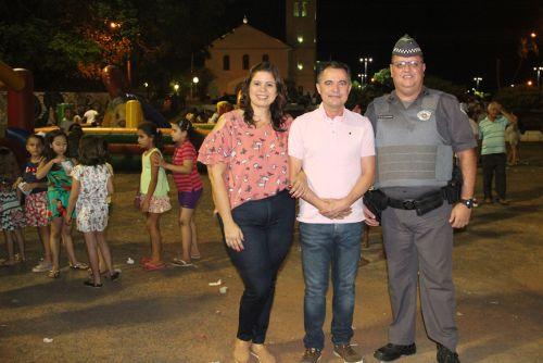 Primeira-dama Rose Barbosa e o prefeito Val Dantas com o cabo PM Casagrande