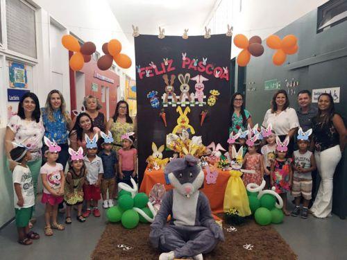 Professores, secretária de Educação Ariele, diretora Sueli, primeira-dama Rose Barbosa e o prefeito Val Dantas presentes na distribuição de ovos na Creche Escola Rute