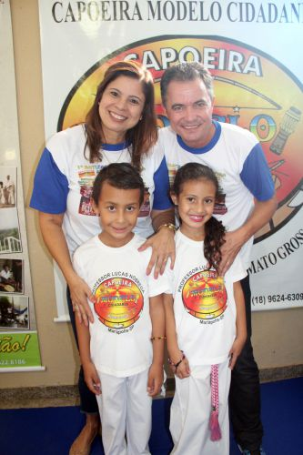 Primeira-dama Rose Barbosa e o prefeito Val Dantas com alunos de capoeira