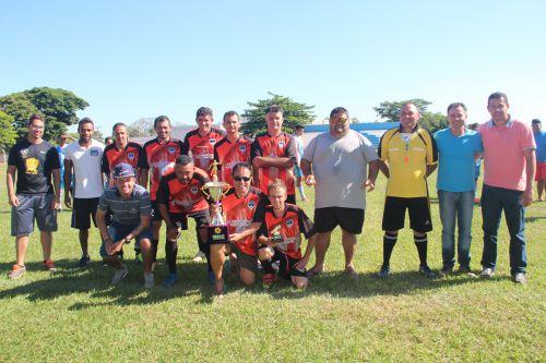 Equipe Real Amigos ficou em 2º lugar, ladeada pelas autoridades e organizadores