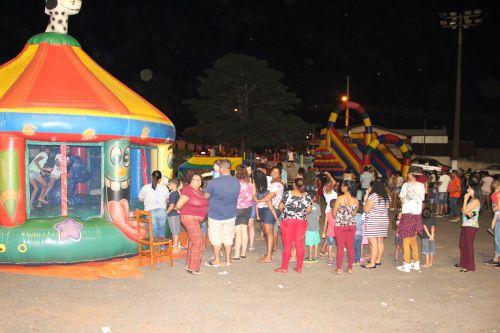 Crianças se divertiram nos brinquedos infláveis