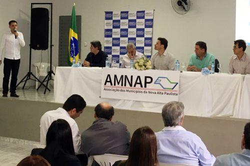 Prefeito Val Dantas discursando na reunião da Amnap