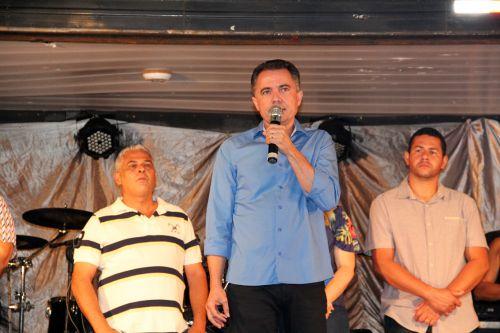 Prefeito Val Dantas agradecendo o público e parabenizando pelo aniversário da cidade