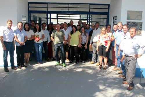 Prefeito Val Dantas, autoridades e participantes na inauguração