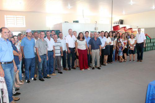 Prefeito Val Dantas, autoridades e participantes na inaugura��o