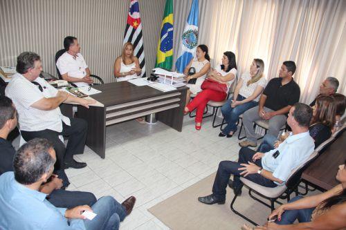 Participantes atentos as explanações da deputada estadual Clélia Gomes no gabinete do prefeito Val Dantas