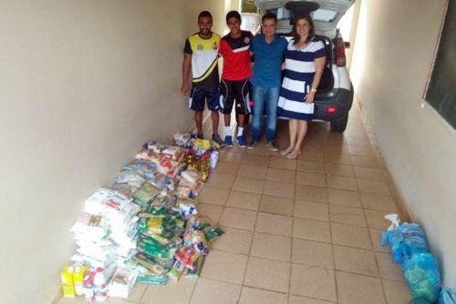 Autoridades com os alimentos doados na Secretaria Social