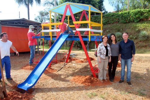 Funcion�rios da empresa montando a Casa do Tarzan, juntamente com a vice-prefeita Herm�nia, engenheira Ingrid e o prefeito Val Dantas