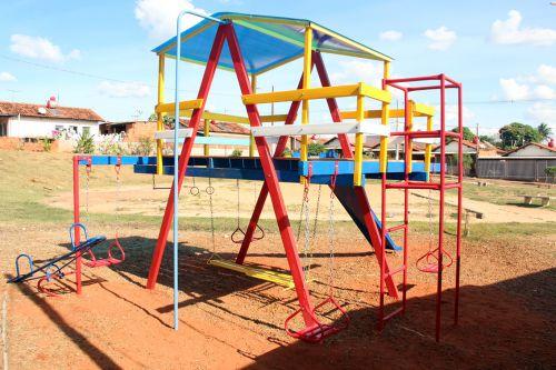 Casa do Tarzan ap�s ser instalada na pra�a do Conjunto Habitacional Monte Alegre