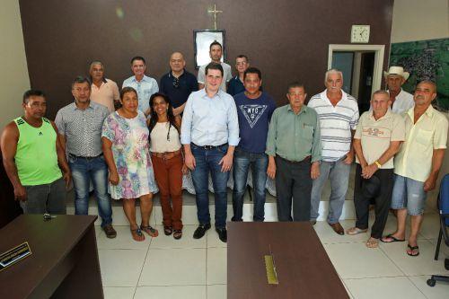 Deputado Cau� Macris ladeado pelos vereadores, prefeito Val Dantas e demais participantes, na c�mara municipal
