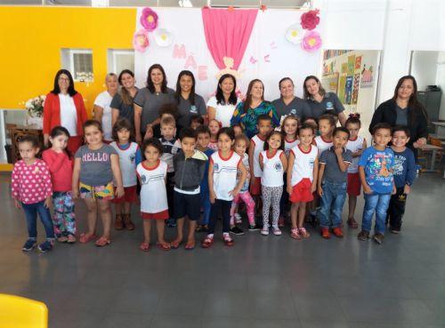 Diretora Sueli Costa com as conselheiras, primeira-dama Rose Barbosa e alunos