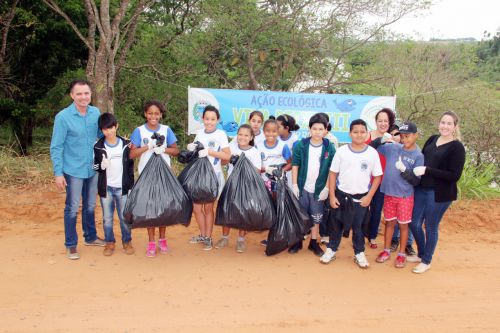 Alunos da Escola Nelson Magnani com o prefeito Val Dantas, coordenadora Eliane e secretária de Educação Ariele