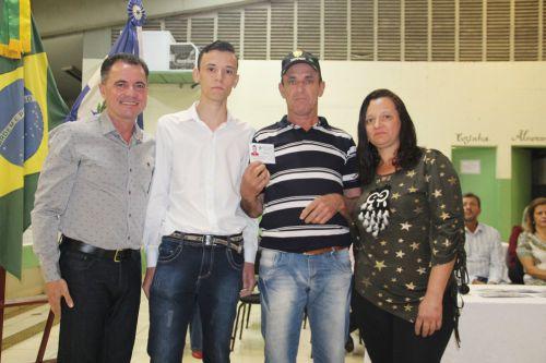 Prefeito Val Dantas após entrega de reservista para jovem com familiares