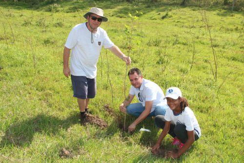 Milton, prefeito Val Dantas e aluna durante o plantio de muda