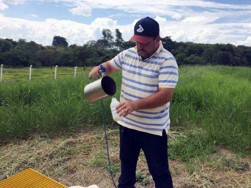 Assessor de Meio Ambiente Antonio Carlos durante coleta de amostras. Foto: Cedida.