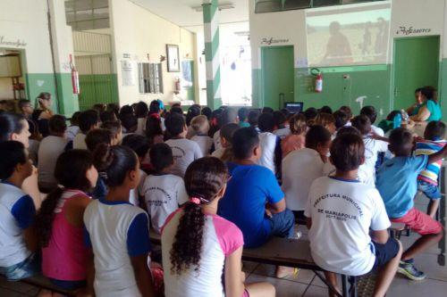Alunos da Escola Nelson Magnani atentos ao vídeo. Foto: Cedida.
