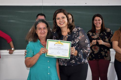 F�tima recebe o certificado da primeira-dama Rose Barbosa