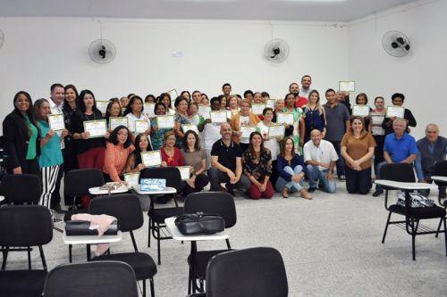 Formandos das cidades de Adamantina, Luc�lia e Mari�polis com as autoridades que participaram da cerim�nia de encerramento do curso