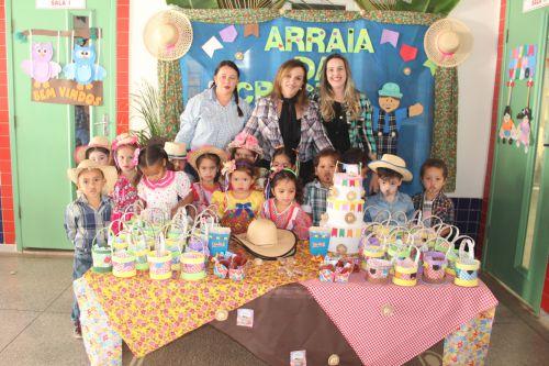 Coordenadora Lúcia, professora Marlene, secretária de Educação Ariele e alunos