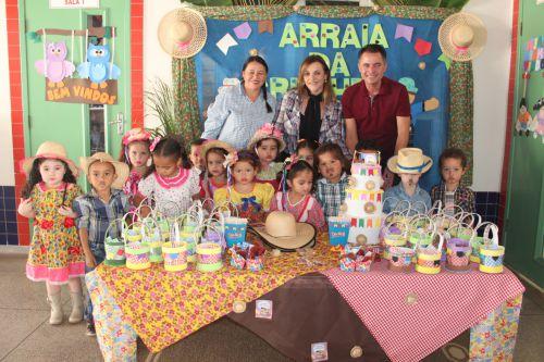 Coordenadora Lúcia, professora Marlene, prefeito Val Dantas e crianças
