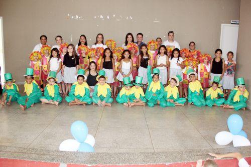 : Equipe e alunos do Raio de Sol com a primeira-dama Rose, prefeito Val Dantas e professor Lucas