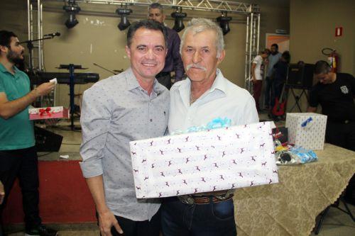 Prefeito Val Dantas entrega o pr�mio para Francisco