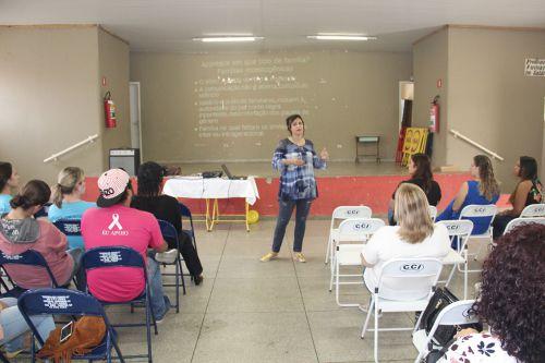 Assistente social Neli Henriques Caccozzi palestrando aos participantes