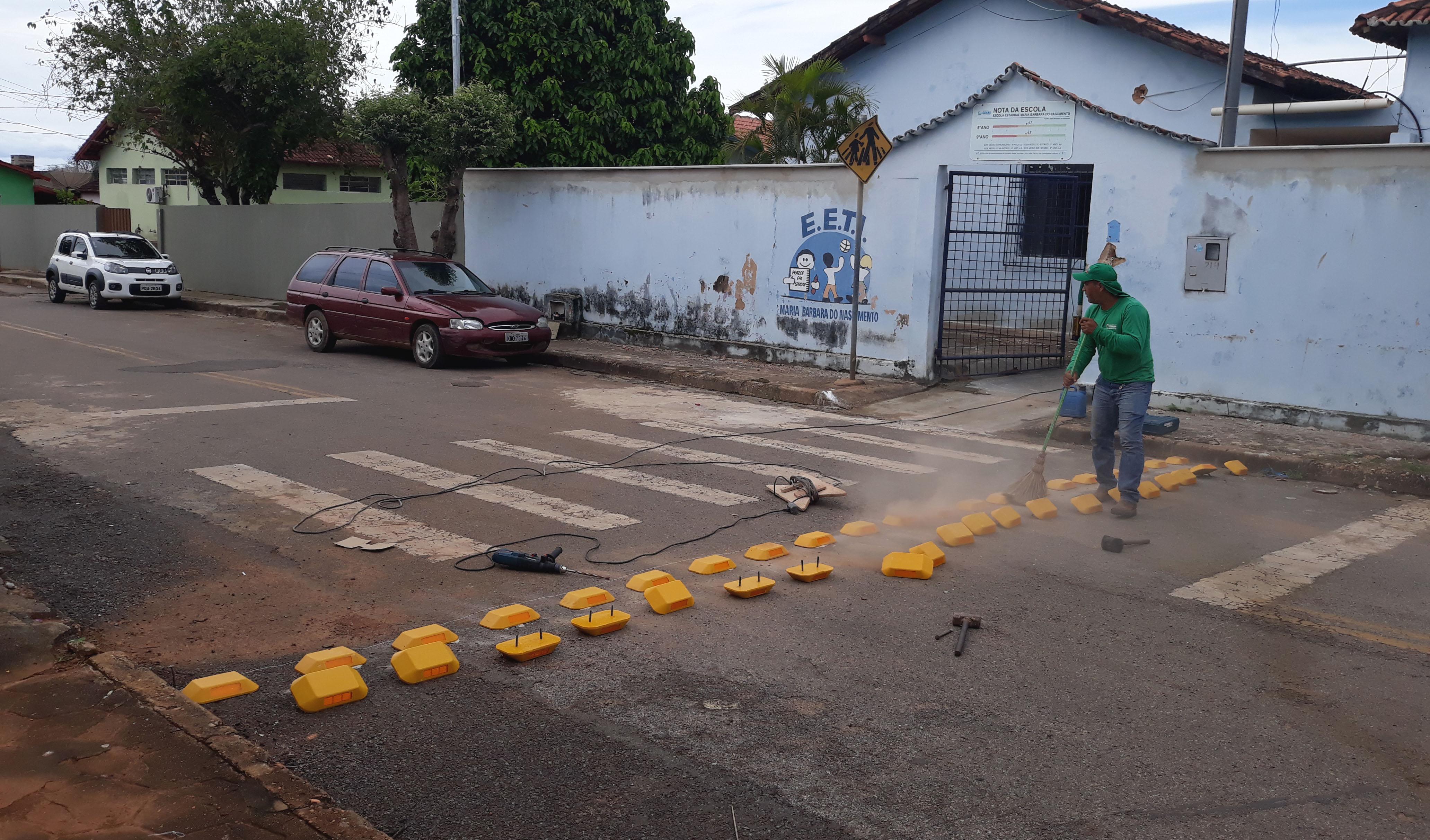 REDUTORES DE VELOCIDADE SÃO INSTALADOS EM FRENTE À CENTROS EDUCACIONAIS